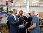 Os príncipes William e Harry se encontram com a atriz Daisy Ridley e brincam com molde da cabeça da atriz