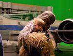 Chewbacca dá um abraço de wookie no príncipe Harry