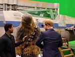 Chewbacca conversa com o principe Harry e o atro John Boyega