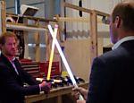 Príncipes Harry e William fazem duelo de sabre de luz nos estúdios do filme