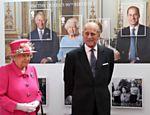 A rainha  Elizabeth 2ª e o Duque de Edimburgo passam por imagem feita para selo real durante visita ao Royal Mail Windsor, em Windsor
