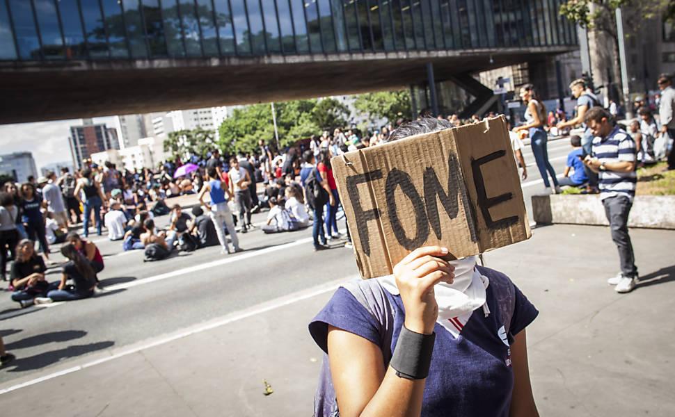 Estudantes ocupam a av. Paulista durante ato contra o governo Alckmin e a máfia da merenda, em frente ao Masp, em São Paulo