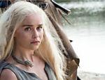 DAENERYS TARGARYEN E TYRION LANNISTER - Ao reencontrar a horda do selvagem povo dothraki, seus primeiros súditos, Daenerys Targaryen (Emilia Clarke, foto) se reconecta às raízes, deixando seus domínios sob o comando de Tyrion Lannister (Peter Dinklage). Juntos, a Mãe dos Dragões e o anão têm motivos suficientes para reivindicar o trono de ferro