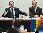 Pastor Silas Malafaia ao lado do ativista de direitos humanos Toni Reis durante audiência da comissão que analisou o Estatuto da Família no Congresso, em 25.jun.15