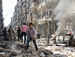 Pessoas andam entre destroços depois de bombardeio em região de Aleppo controlada por rebeldes