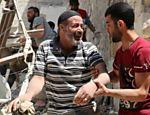 Homem lamenta bombardeio em região de Aleppo controlada por rebeldes