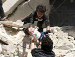 Bebê é resgatado depois de prédio ter sido destruído por bombardeio em região de Aleppo controlada por rebeldes
