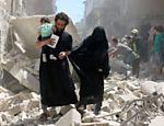 Família anda entre destroços depois de bombardeio em região de Aleppo controlada por rebeldes
