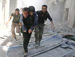 Sírios retiram homem ferido em meio a escombros de prédios destruídos depois de ataque aéreo em Al-Qatarji, bairro controlado por rebelde em Aleppo, norte da Síria