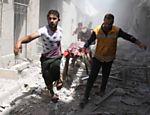 Sírios carregam corpo em maca em meio a escombros de prédios destruídos depois de ataque aéreo em Al-Qatarji, bairro controlado por rebelde em Aleppo, norte da Síria