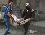 Integrantes da defesa civil carregam civil ferido em Al-Fardous, distrito controlado por rebeldes que foi atingido por ataques aéreos em Aleppo, norte da Síria
