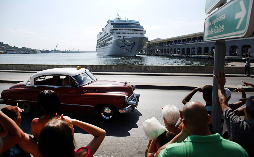 Navio cruzeiro americano chega a Cuba