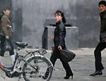 Pessoas caminham por Pyongyang, em raro registro da vida cotidiana do país pela imprensa internacional