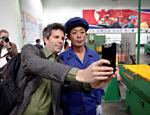 Repórter estrangeiro tira um selfie com norte-coreano durante rara visita a Pyongyang