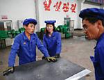 Operários de uma fábrica de cabos elétricos em Pyongyang, durante visita organizada pelo governo