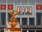 Fotos dos líderes da família Kim no prédio que recebe o congresso do partido único