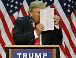 Donald Trump ironiza críticos que dizem que ele usa discursos prontos ou teleprompter durante convenções; foto tirada em Eugene, Oregon