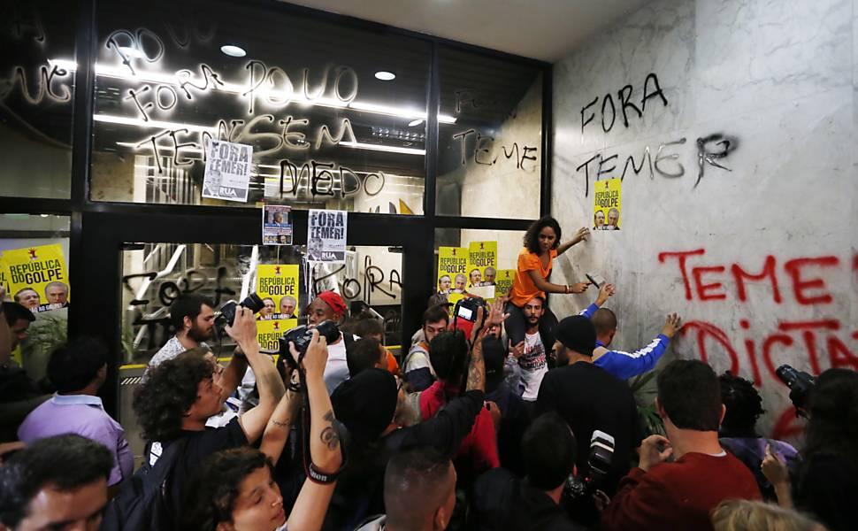 Manifestantes contrários ao impeachment fecham a Paulista
