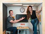 Selena Gomez, dona do perfil mais seguido do Instagram, se reúne com Mark Zuckerberg, dono do Facebook, em uma sala minúscula