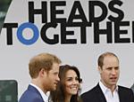 O príncipe William, a princesa Kate e o príncipe Harry chegando para assistir ao lançamento de Heads Together, em Londres