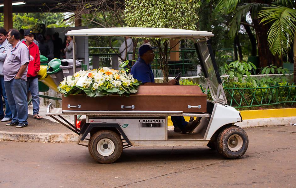 Enterro do menino de dez anos morto pela PM