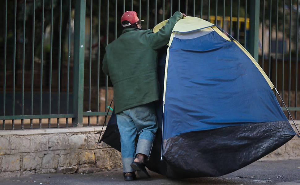 Moradores de rua sofrem com frio em SP