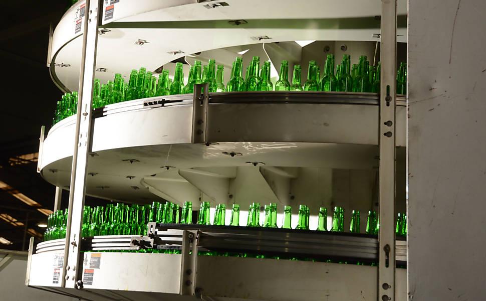 Produção de garrafas de vidro