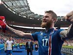 Aron Gunnarsson comemora classificação da Islândia para as oitavas de final da Eurocopa