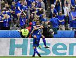 Arnor Ingvi comemora gol da Islândia na classificação da equipe às oitavas da Eurocopa