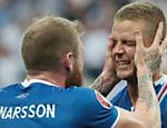 Aron Gunnarsson e Ragnar Sigurdsson comemoram classificação da Islândia para as oitavas de final da Eurocopa