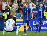 Hannes Thor Halldorsson e Sverrir Ingason comemoram classificação da Islândia para as oitavas de final da Eurocopa