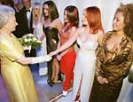 A rainha Elizabeth 2ª cumprimenta a cantora Geri Halliwell em encontro com as Spice Girls