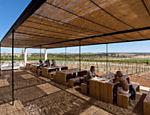 Turistas no restaurante durante tour na vinícola Herdade do Esporão, no Alentejo