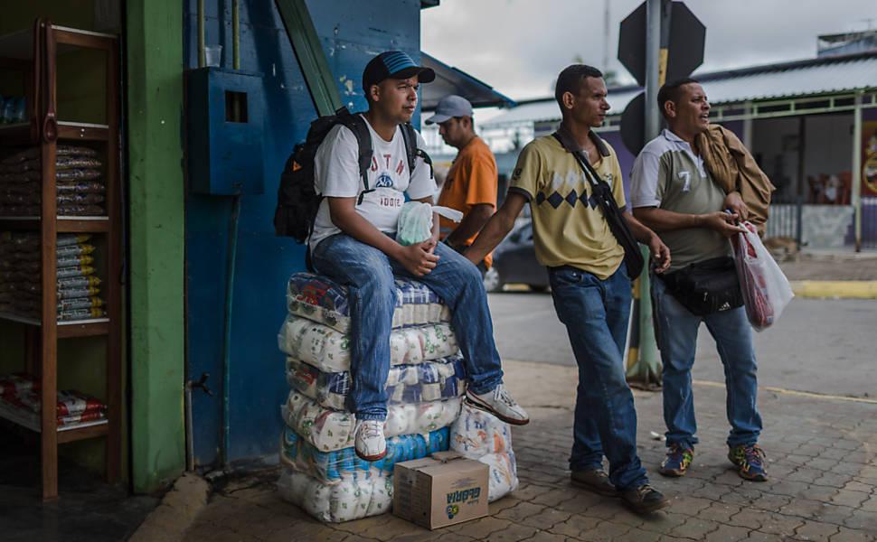 Venezuelanos v�o a Roraima comprar alimentos