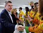 Na chegada, o dirigente cumprimentou a equipe de voluntários que trabalham na realização da Rio-2016