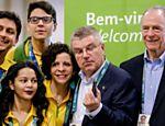 Bach (centro) foi recepcionado pelo presidente do Comitê Organizador dos Jogos e do COB, Carlos Arthur Nuzman (à dir.)
