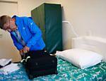 No quarto que irá se alojar na Vila Olímpica, Thomas Bach abre mala de roupas; presidente do COI chegou ao Rio na quarta (27)