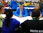 Thomas Bach aproveita estadia na Vila Olímpica e almoça com atletas