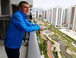 Thomas Bach observa Vila Olímpica da varanda do quarto que ficará alojado