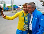 Ucraniana Olena Kostevych tira foto com presidente do COI Thomas Bach na Vila Olímpica da Rio-2016