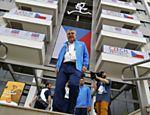 Thomas Bach caminha em frente ao prédios da Vila Olímpica, no Rio de Janeiro
