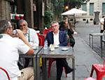 Thomas Bach toma café com com o diretor de comunicações do comitê olímpico Mario Andrada