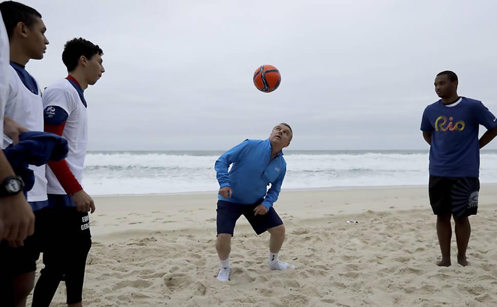 Thomas Bach joga na praia com crianças de uma escola de futebol