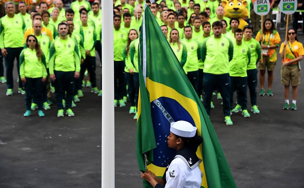Hasteamento da bandeira do Brasil na Vila Olímpica