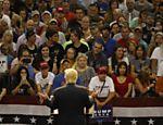 O candidato presidencial republicano Donald Trump fala durante evento de campanha no Centro de Convenções Ocean Center, em Daytona, Florida