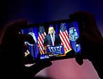 Apoiador do candidato republicano a presidência Donald Trump, o fotografa  durante um evento de campanha em Briar Woods High School, em Ashburn, na Virginia  (EUA)