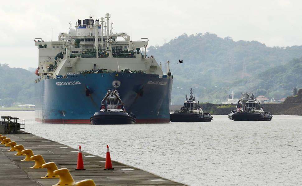Embarcação durante primeiro dia de tráfego após expansão do canal do Panamá,