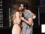 Luan Santana e Camila Queiroz trocam selinho em gravação de DVD