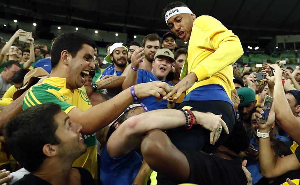 Torcida festeja o ouro do Brasil na Olimpíada do Rio de Janeiro
