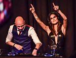 Thaila ataca de DJ em festa